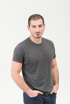 Ritratto di un uomo in piedi in isolato su sfondo bianco