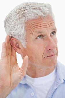 Ritratto di un uomo maturo che dà il suo orecchio