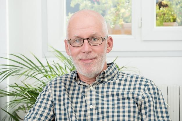 Ritratto di un uomo maturo con gli occhiali