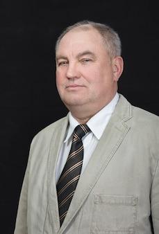Ritratto di un uomo maturo in una giacca grigia, uomo d'affari