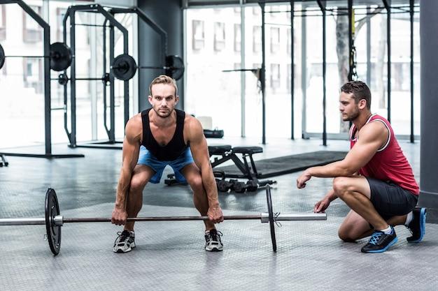 Ritratto di un uomo muscoloso sollevando un bilanciere