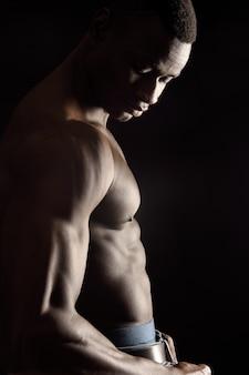 Ritratto di un uomo nudo con sguardo verso il basso