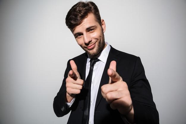 Ritratto di un uomo sicuro sorridente in giacca e cravatta