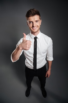 Ritratto di un uomo sorridente felice in camicia bianca
