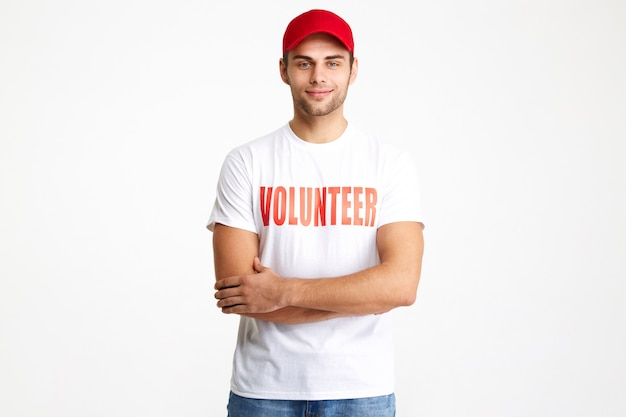 Ritratto di un uomo sorridente fiducioso che indossa t-shirt volontaria