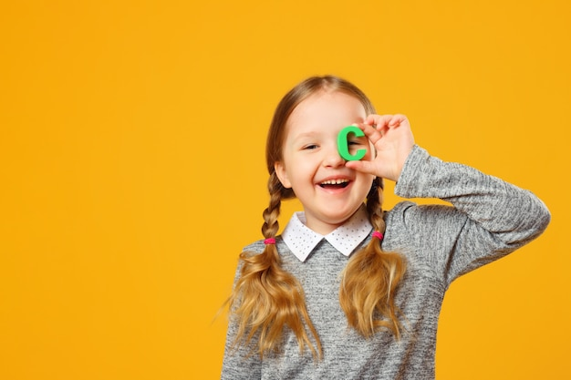 Ritratto di una bambina bambino. la scolara tiene la lettera c.