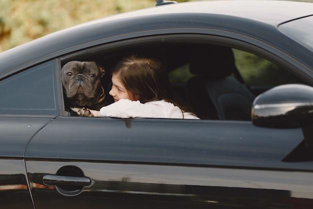 Ritratto di una bambina con il suo bellissimo cane