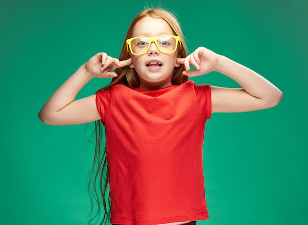 Ritratto di una bambina dai capelli rossi in studio