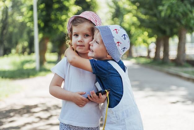 Ritratto di una bambina e suo fratello.