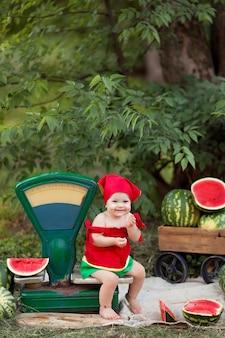 Ritratto di una bambina felice all'aperto.