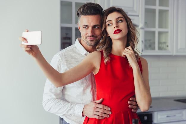 Ritratto di una bella amorevole coppia vestita intelligente