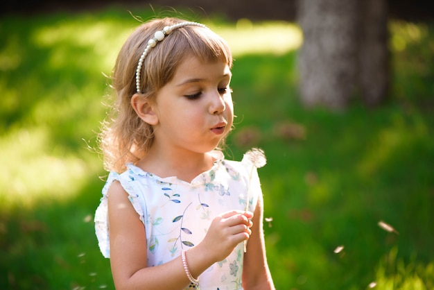 Ritratto di una bella bambina con fiori