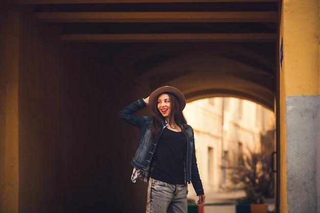 Ritratto di una bella bruna in una giacca