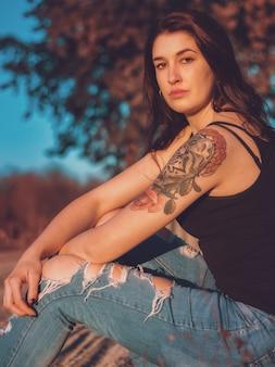 Ritratto di una bella bruna tatuata