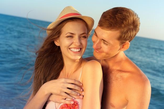 Ritratto di una bella coppia di innamorati divertirsi in spiaggia