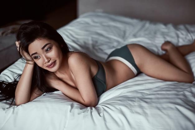 Ritratto di una bella donna asiatica sensuale in biancheria intima