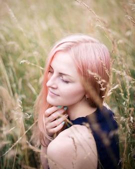 Ritratto di una bella donna capelli rosa all'aperto nel parco