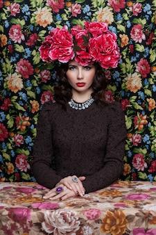 Ritratto di una bella donna con fiori tra i capelli.