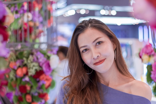 Ritratto di una bella donna con un arco di fiori