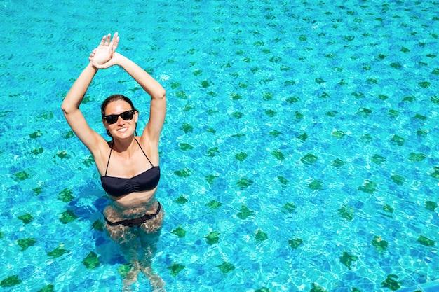 Ritratto di una bella donna in piscina