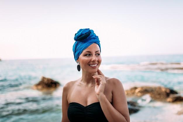 Ritratto di una bella donna in riva al mare.