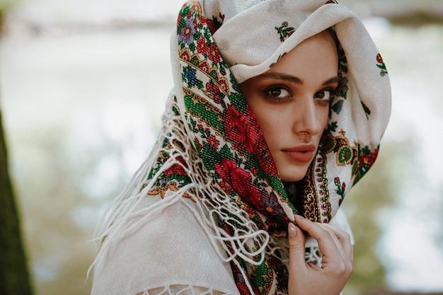 Ritratto di una bella donna in un abito ricamato ucraino