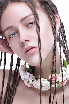 Ritratto di una bella donna isolata su sfondo bianco