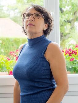 Ritratto di una bella donna matura con gli occhiali