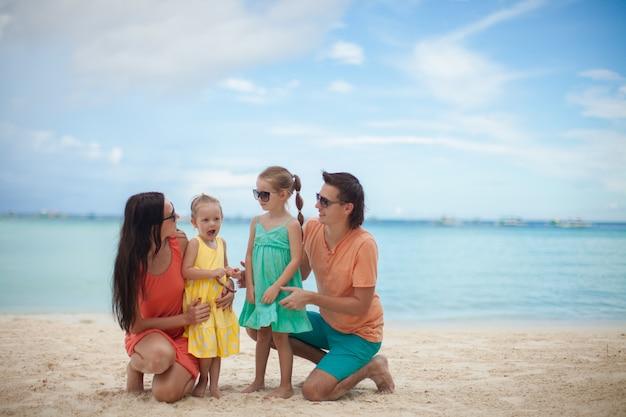 Ritratto di una bella famiglia caucasica in vacanza tropicale