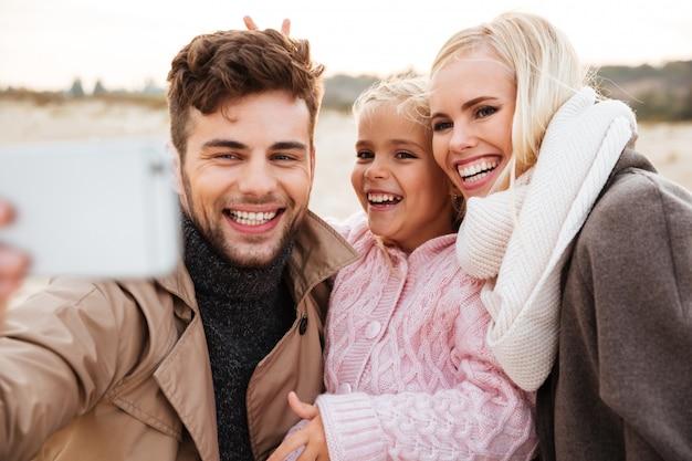 Ritratto di una bella famiglia con una figlia piccola
