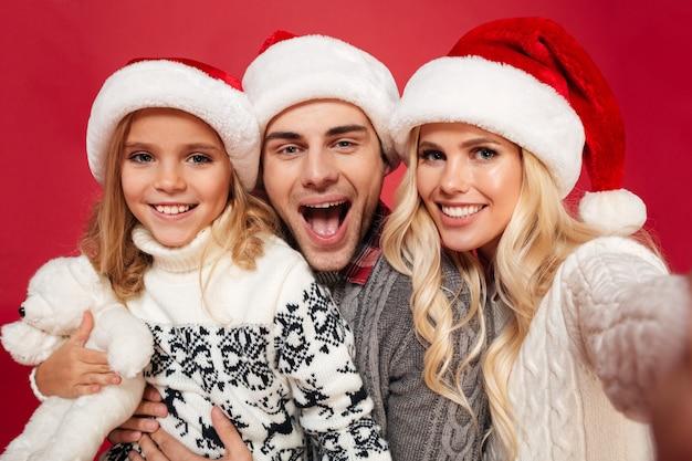 Ritratto di una bella famiglia sorridente da vicino