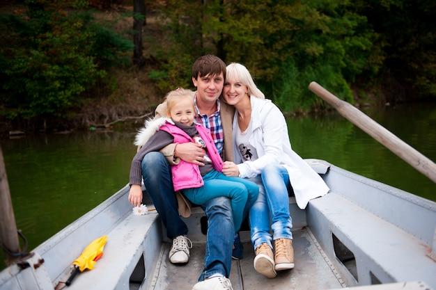 Ritratto di una bella famiglia sulla barca