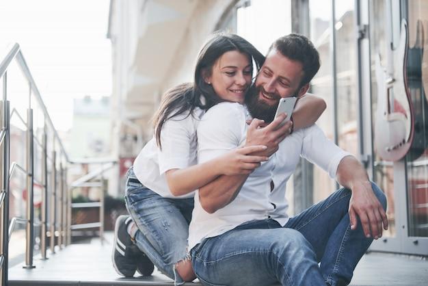 Ritratto di una bella giovane coppia sorridente insieme