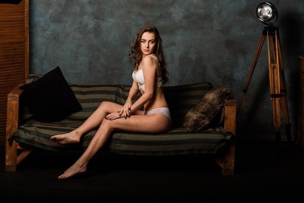Ritratto di una bella giovane donna in una biancheria intima bianca