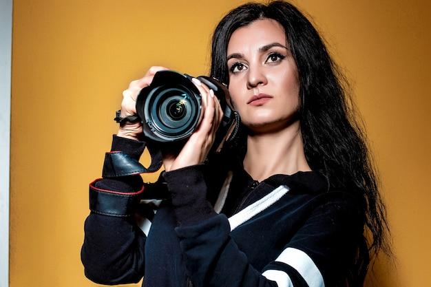 Ritratto di una bella ragazza bruna fotografo con lunghi capelli ricci
