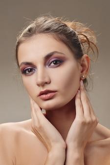 Ritratto di una bella ragazza con la pelle fresca pulita e trucco naturale
