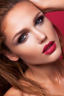 Ritratto di una bella ragazza con labbra rosa