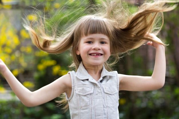 Ritratto di una bella ragazza dai capelli lunghi