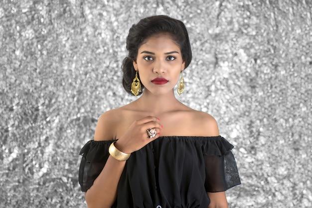 Ritratto di una bella ragazza. fronte del primo piano di un modello abbastanza indiano sullo spazio di struttura