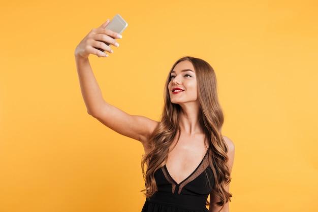Ritratto di una bella ragazza sorridente con lunghi capelli biondi