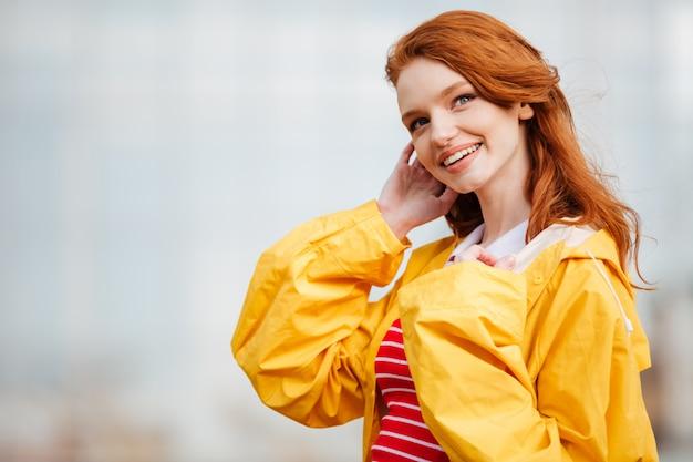 Ritratto di una bella ragazza sorridente da vicino