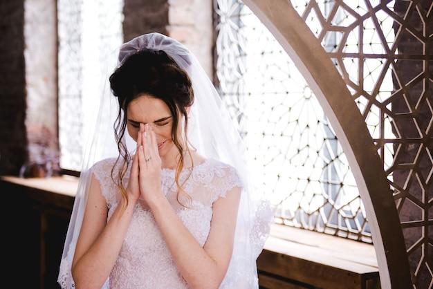 Ritratto di una bella sposa in un elegante interno