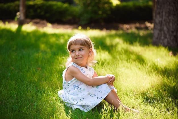 Ritratto di una bellissima giovane bambina