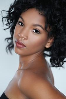 Ritratto di una bellissima giovane donna afro-americana