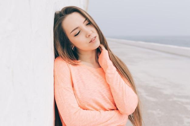 Ritratto di una bellissima giovane donna bruna con i capelli lunghi