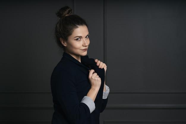 Ritratto di una bellissima giovane donna d'affari