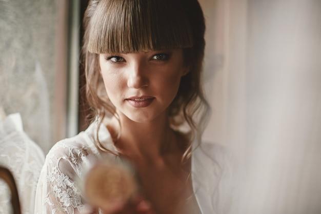 Ritratto di una bellissima giovane donna. trucco e acconciatura in sposa. avvicinamento.