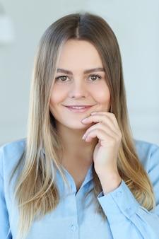 Ritratto di una bellissima giovane donna