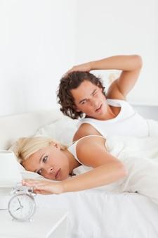 Ritratto di una coppia stanca svegliarsi