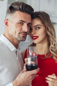 Ritratto di una coppia vestita astuta romantica sorridente